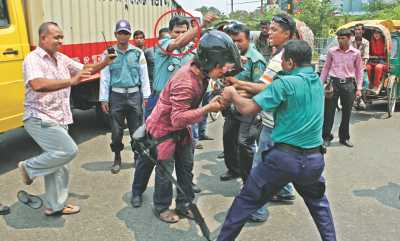 3 lens men assaulted 9 cops suspended; probe ordered; police decline to accept case
